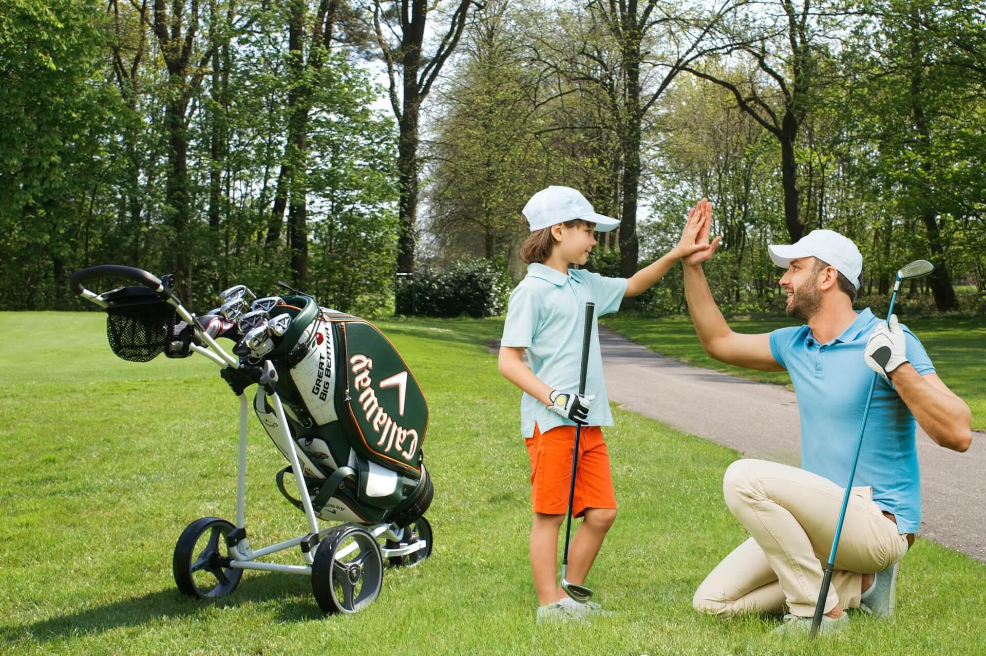 https://golfclub-peckeloh.de/wp-content/uploads/2018/03/Junge_Vater_MontagePICT0054.jpg