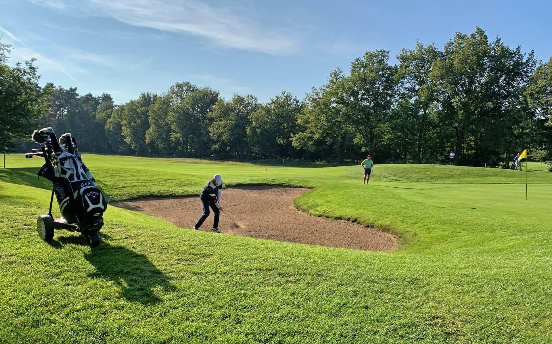 https://golfclub-peckeloh.de/wp-content/uploads/2021/09/2021_Letzter_Bunkerschlag_neuen_Clubmeister_GMS.jpg