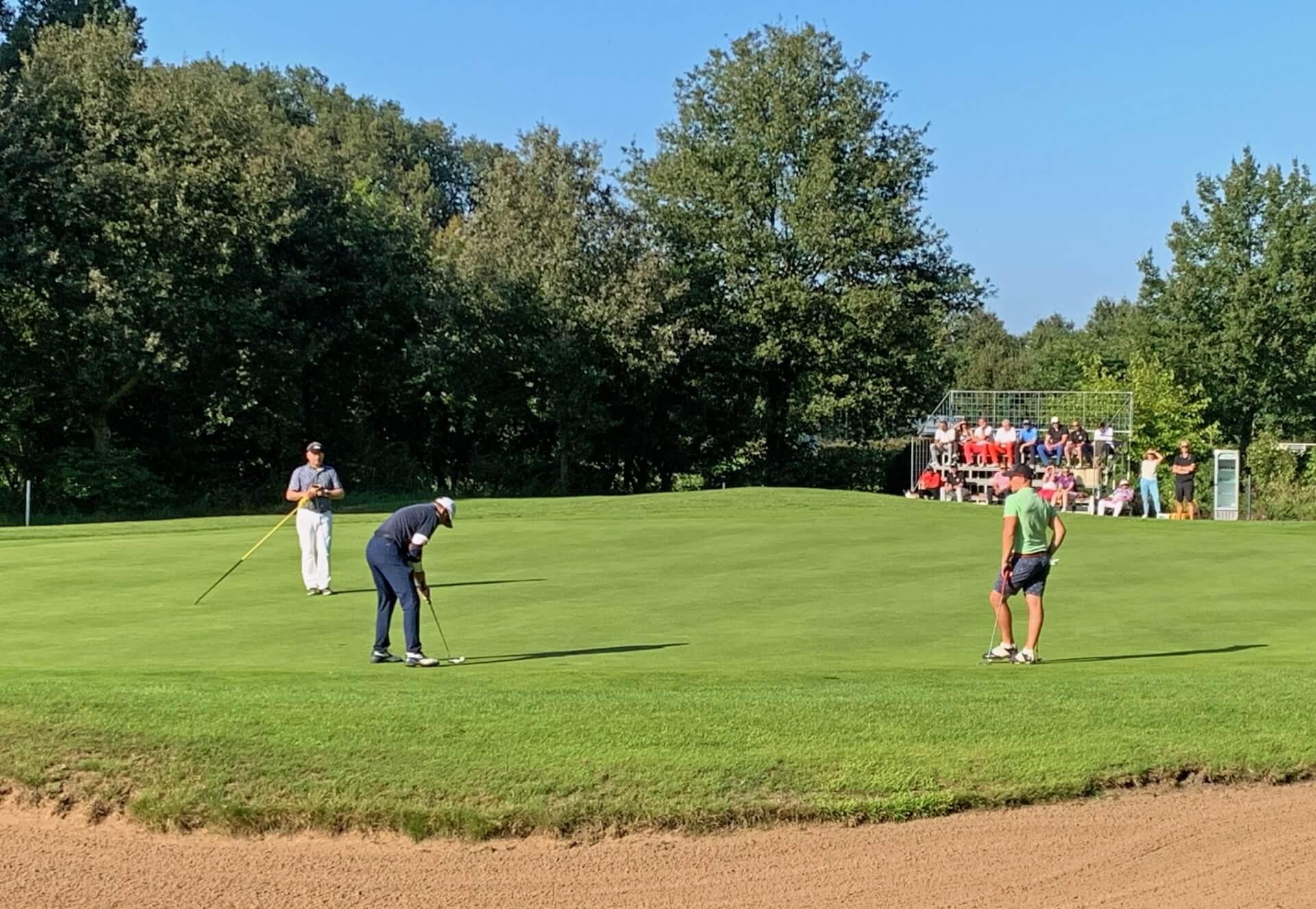 https://golfclub-peckeloh.de/wp-content/uploads/2021/09/2021_Meister_Putt_vorm_Publikum.jpg